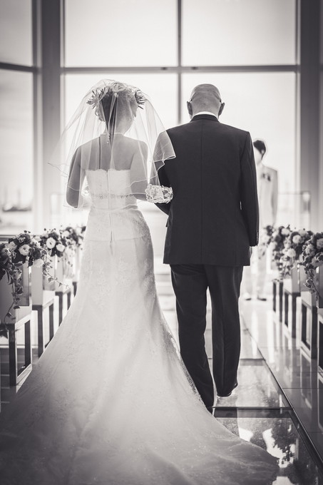 バージンロードを歩く父と花嫁の後ろ姿