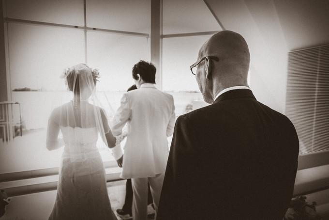 新郎と花嫁と送りだす父の背中