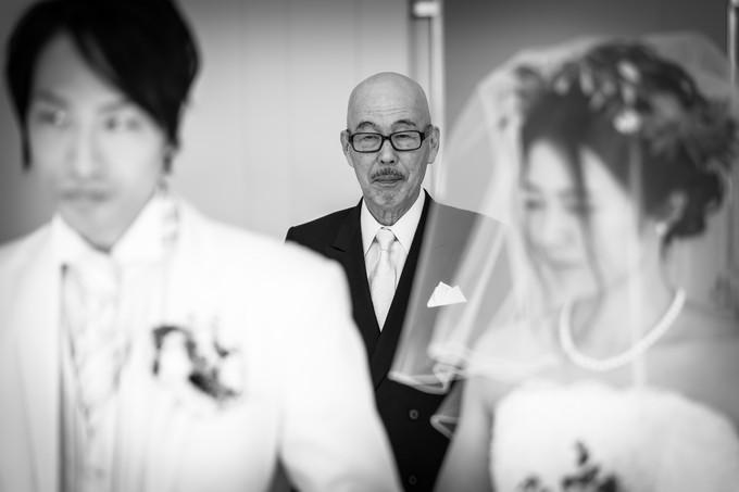 新郎新婦の背中を見つめる花嫁の父