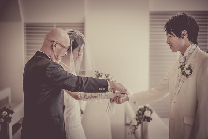 新郎に花嫁を手渡す父親