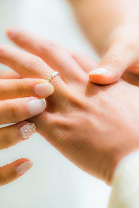 新郎の手に結婚指輪をはめる花嫁