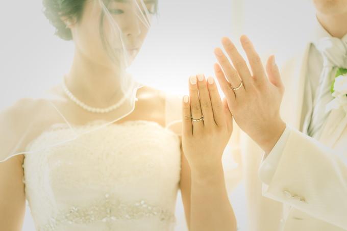 手をそろえてはめた結婚指輪を披露する新郎新婦の手元