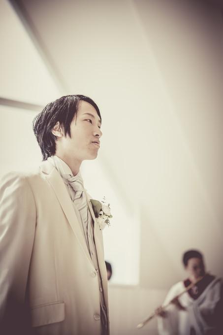 花嫁を待つ新郎の横顔