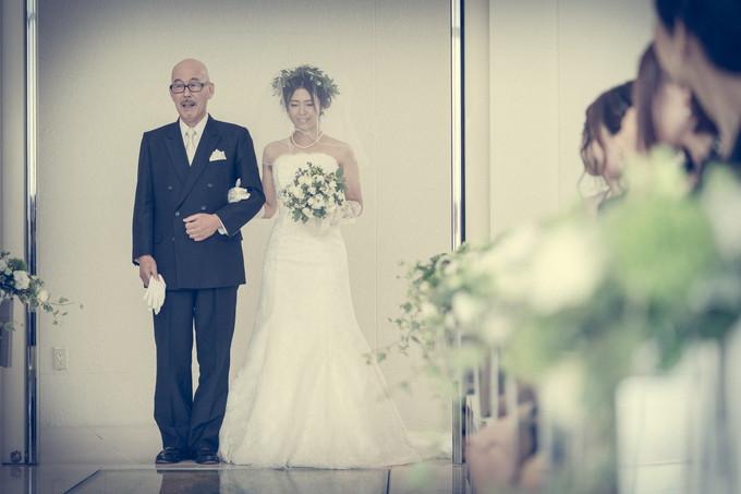 チャペルに入場する花嫁と父