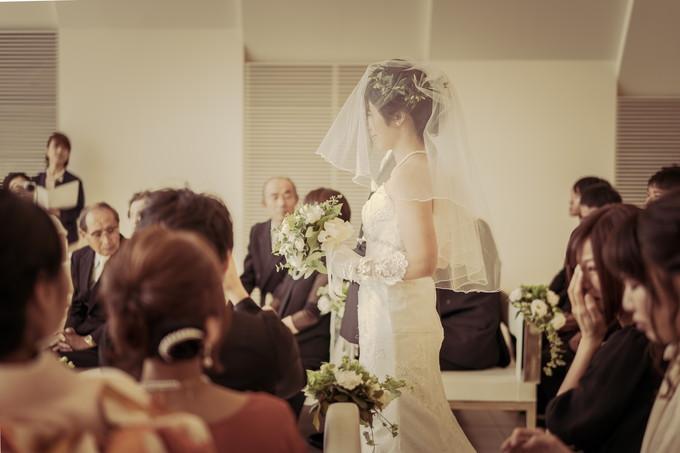 バージンロードを歩く父と花嫁の横顔