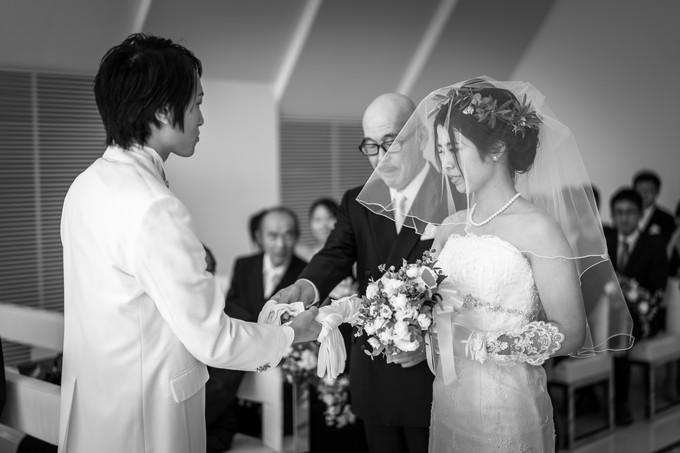 新郎に花嫁の手を受け渡す父