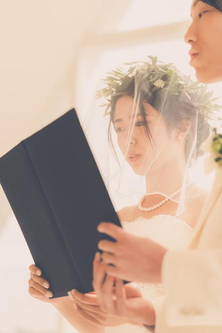 誓いの言葉を読む花嫁