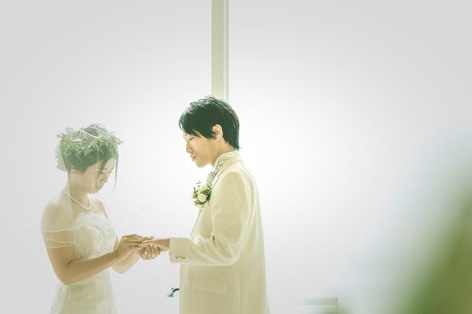 新郎に指輪を渡す花嫁