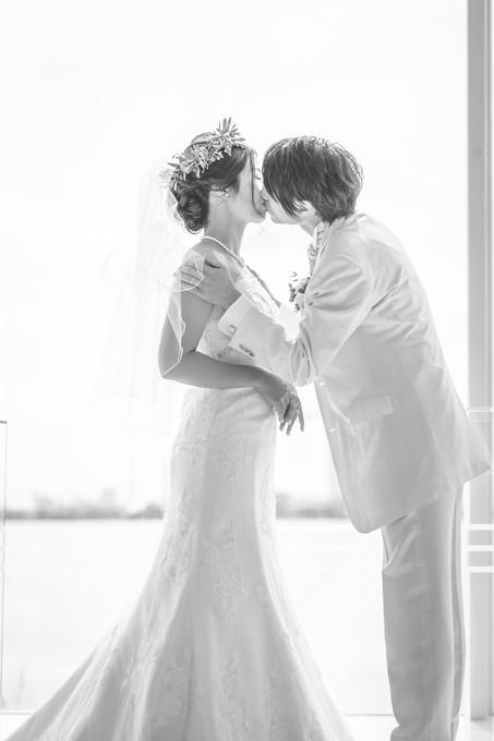 花嫁にウェディングキスをする新郎