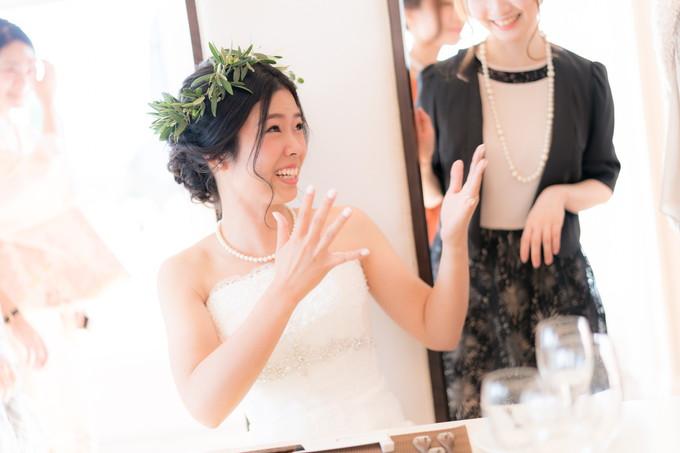 笑顔で楽しく会話する花嫁