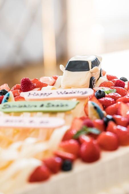 車の乗ったウェディングケーキ