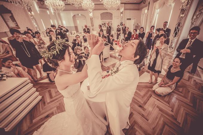 新郎にファーストバイトをする花嫁