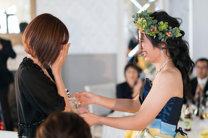 友人に贈りものをする花嫁