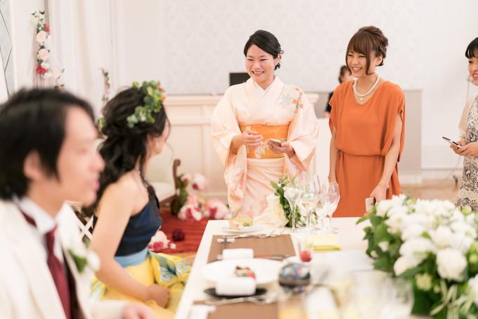 花嫁と楽しく会話する友人