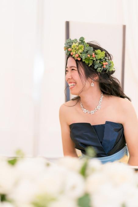 友達との会話を楽しむ花嫁