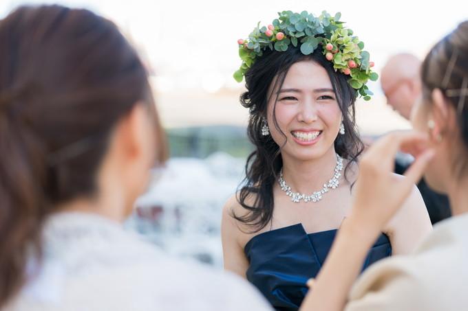 友達と楽しく会話する花嫁