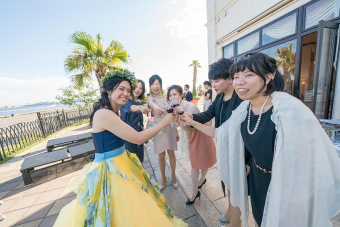 ガーデンで乾杯をする友人と花嫁