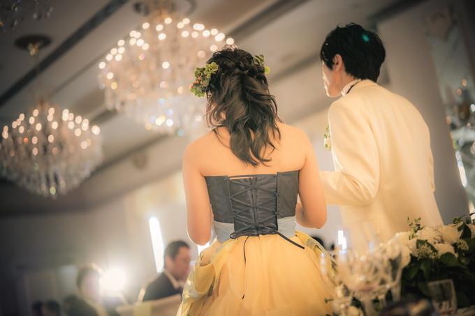 感謝の手紙を読む花嫁の後ろ姿