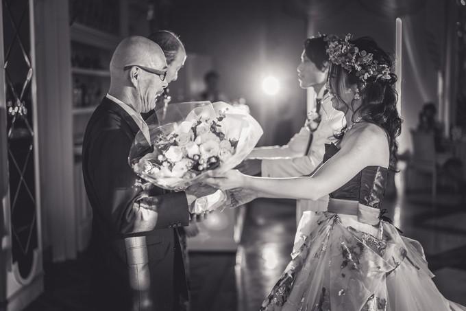 父に感謝の花束を渡す花嫁