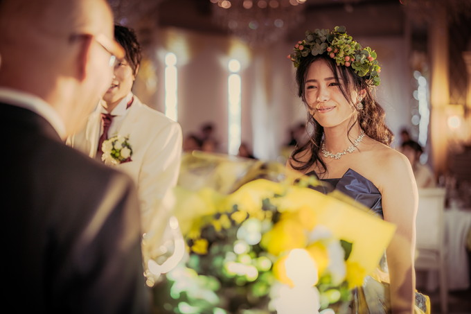父に花束を渡した花嫁の表情