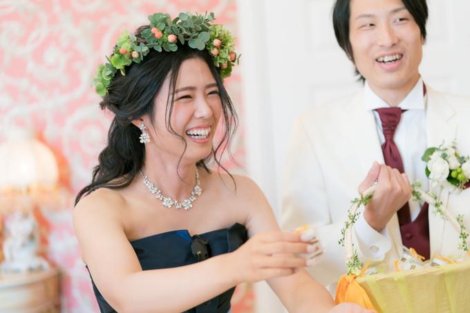笑顔でプチギフトを渡す花嫁
