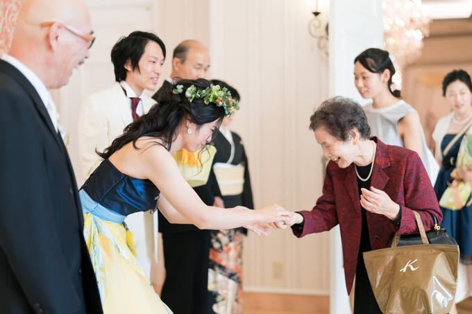 花嫁からのプチギフトを受け取るゲスト