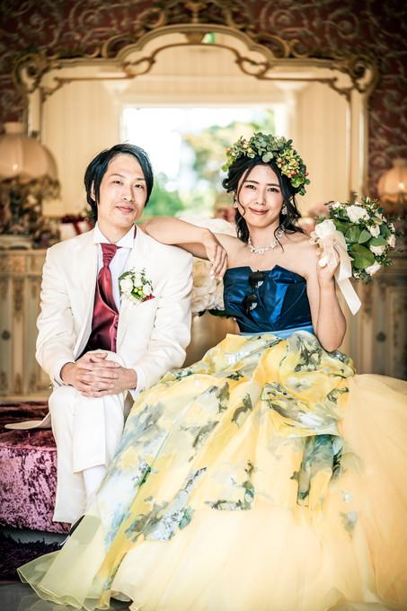 新郎の肩に腕を乗せてポーズする花嫁