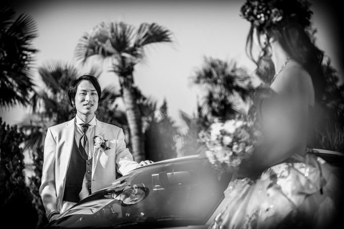 花嫁を見つめる新郎