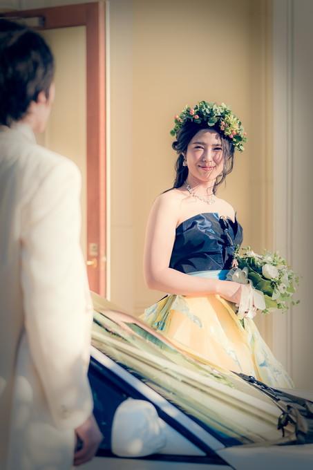 新郎を見つめる花嫁