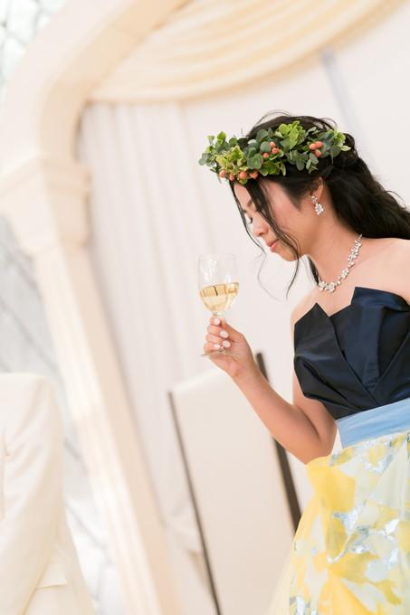 乾杯グラスを持った花嫁