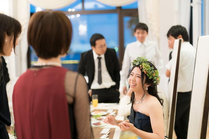 友達と笑顔で会話する花嫁