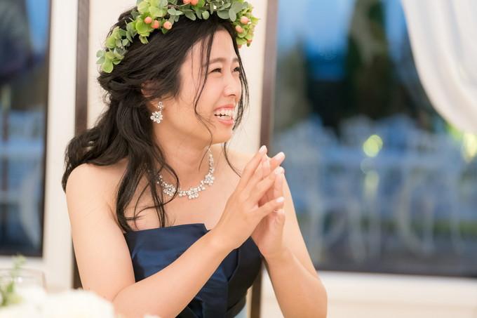 楽しそうに会話する花嫁
