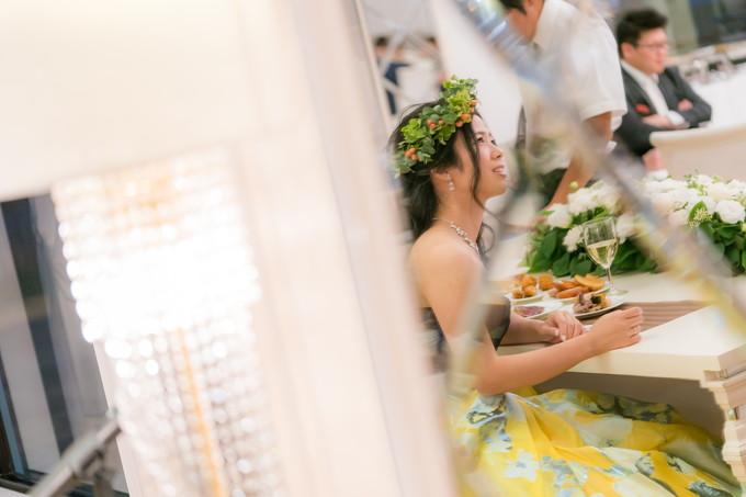 笑顔の花嫁を鏡越しに