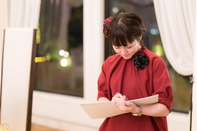 真剣に描く赤いドレスの友人