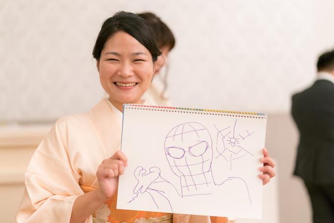スパイダーマンの絵を描いた和服女性
