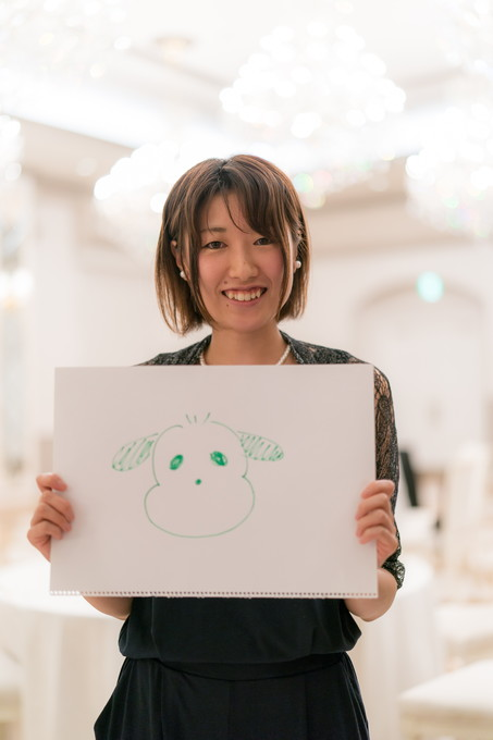犬の絵を描いた女性友人