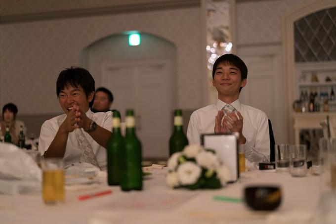 拍手で祝福する友達