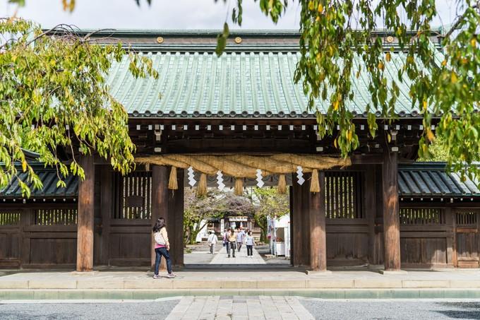 三嶋大社の大きなしめ縄がついた門