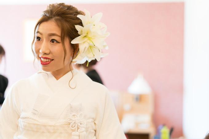 大きな花飾りを付けた和装姿の花嫁