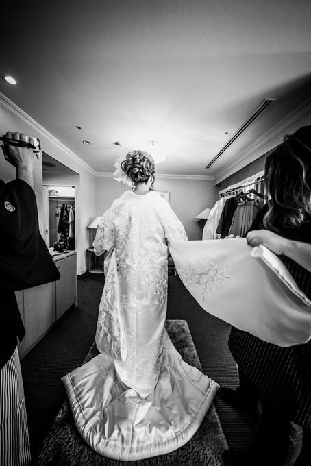 和装着付け中の花嫁