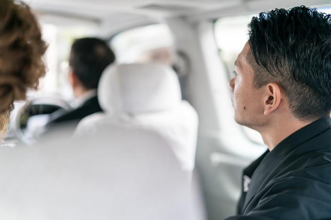 移動する車の中の新郎さんの横顔