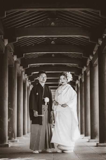 三嶋大社の回廊に立つ新郎新婦