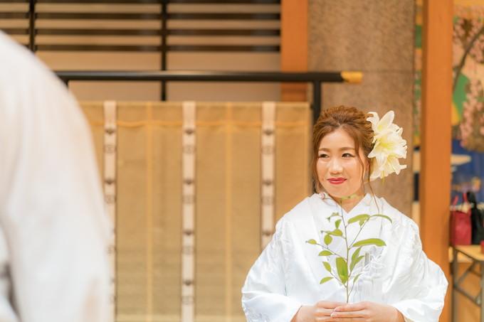 玉串を持って微笑む花嫁