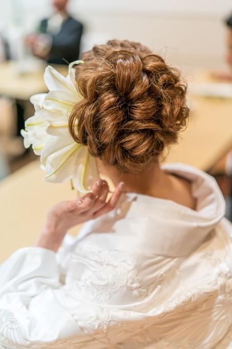 大きなお花のついた花嫁のヘアースタイル
