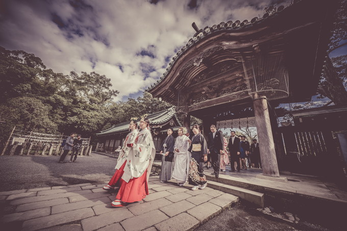 大きな門をくぐった花嫁行列