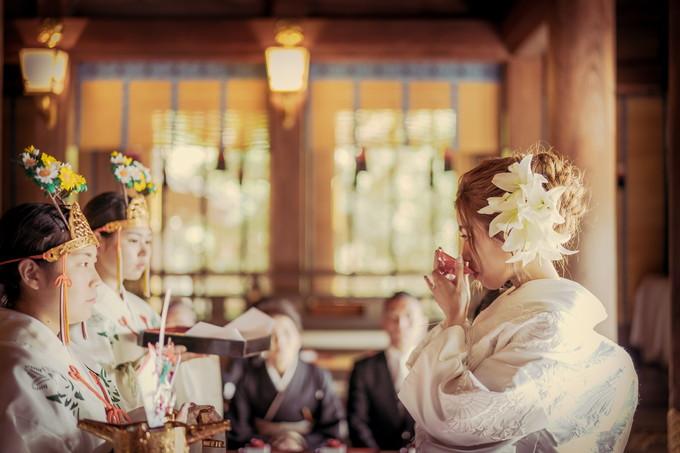 三三九度をする花嫁