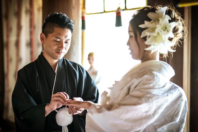 花嫁の指にリングをはめる新郎