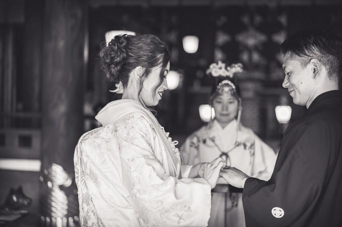 新郎の指にリングをはめる花嫁