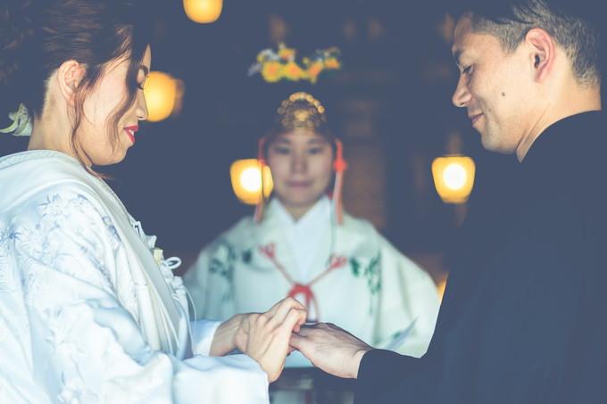 指輪交換の儀式を行う新郎新婦