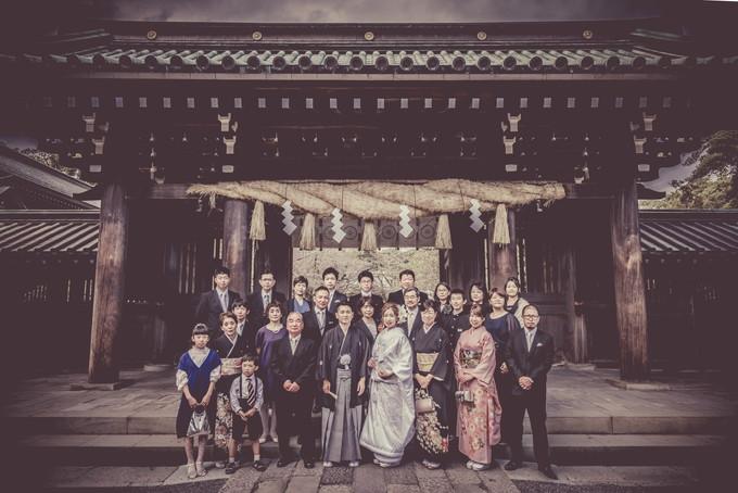 三嶋大社の大きなしめ縄の前でみんなで集合写真